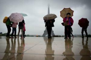 Франция: Теракты стоили Парижу трети турпотока