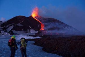 Этна напомнила о себе взрывами в передней части